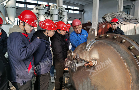 Dongpeng Wu, director of the workshop of the second branch factory, introduced the product production and processing process to teachers and students